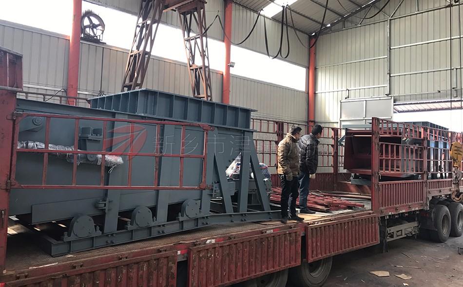 K型往复式给料机适用于矿山、矿井、选煤厂、中转站、输煤车间、港口散料码头等散料转运,可将散料经料仓或直接进行均匀的转载到胶带机或其它筛选设备、贮存装置等配合使用。实现对矿石、砂煤、粮食等散装物料的均匀 给料.本设备机体安装于料斗下,传动装置为悬挂式,根据给料量的大小可分:K1、K2、K3、K4等几种型号。