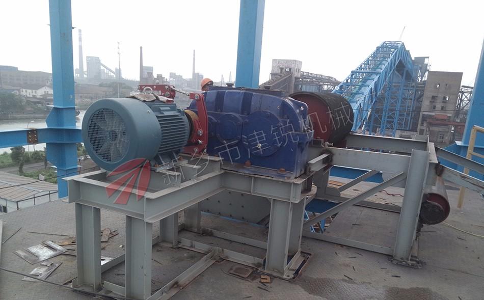 DTII型带式输送机广泛的应用在矿山、冶金、化工等行业部门,此现场的DTII型带式输送机驱动部分采用的是电机减速机,津锐机械厂是大型矿用皮带输送机生产厂家。