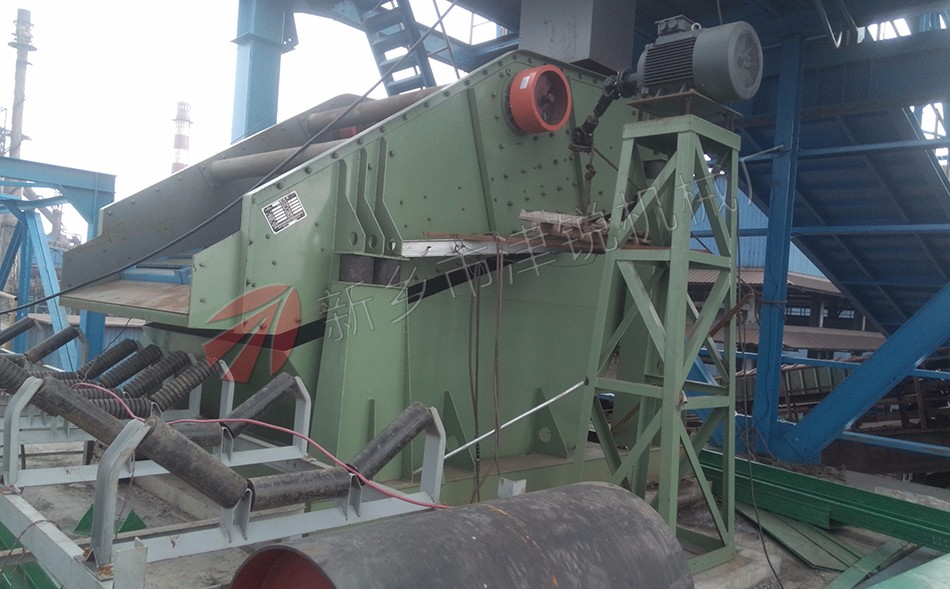 苏钢原料厂基础改造项目,津锐不但提供生产皮带输送机,同时还为改造现场提供生产振动筛分设备;