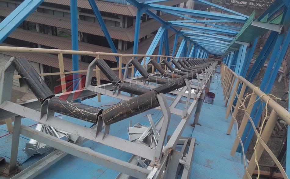 DTII型带式输送机可由单机或多机组合成输送系统来输送物料,可输送松散密度为500~2500kg/m3的各种散装物料及成件物品。 DTII型固定式带式输送机适用的工作环境温度一般为-25°~+40°C。对于在特殊环境中工作的带式输送机,如要具有耐热、耐寒、防水、防腐、防爆、阻燃等条件,应另行采取相应的防护措施。 DTII型固定式带式输送机均按部件系列进行设计,设计者可根据输送工艺要求,按不同的地形、工况进行选型设计并且组合成整台输送机。
