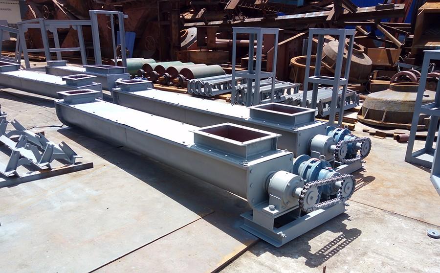 U型槽式螺旋输送机,可以设计成一个进料口,一个出料口,进出料口的距离与大小可以根据用户的现场来开口;此台螺旋输送机材质是用的碳钢;