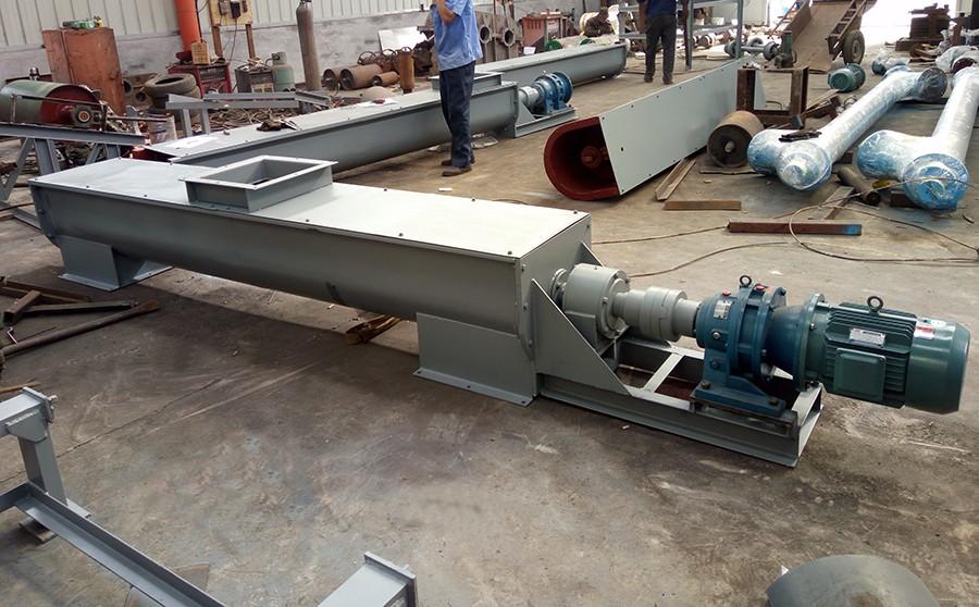 螺旋输送机的驱动源可采用电机减速机,可用直连或链条的连接方式;普通碳钢U型螺旋输送机-主要适用于水泥,煤炭、石料、等磨损较大,对物料没特殊要求的行业。