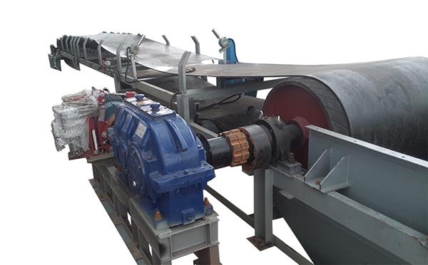 DTII型带式输送机属于重型皮带机,DTII(A)型带式输送机是根据其改进的;此照片是津锐机械厂为苏钢提供的DTII型带式输送机,津锐可生产的单条带式输送机输送长度在3-150米之间
