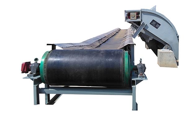 小型皮带输送机一般用于距离的输送,可采用平型托辊或槽型托辊,可两边加挡边,防止物料滑落。