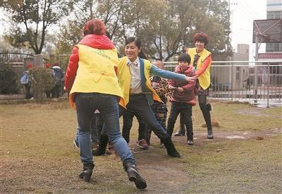 """郴州青年志愿者入培智学校 关爱""""星星的孩子"""""""