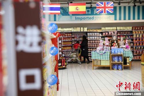 12月8日,山西太原,民众在超市选购进口商品。当日,中国海关总署发布的最新数据显示,11月中国进出口总值2.6万亿元(人民币,下同),同比增长12.6%,增速较上月回升2.4个百分点。其中,出口同比增长10.3%,进口同比增长15.6%;贸易顺差2636亿元,收窄8.4%。前11个月,中国货物贸易进出口总值25.14万亿元,同比增长15.6%。其中,出口13.85万亿元,同比增长11.6%;进口11.29万亿元,同比增长20.9%。 <a target='_blank'  data-cke-saved-href='http://www.chinanews.com/' href='http://www.chinanews.com/'>中新社</a>记者 张云 摄