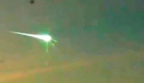 网爆行车记录仪拍摄UFO击穿俄罗斯陨石