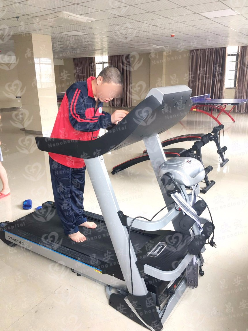 患者嘗試自己操作跑步機  水印.jpg