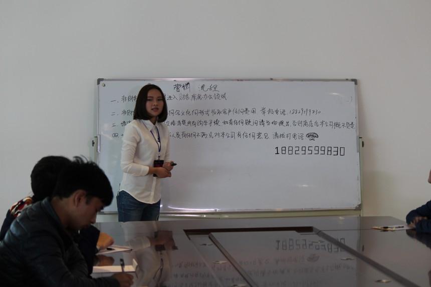 营销班学生张多益在福达汽车城为员工培训1.JPG