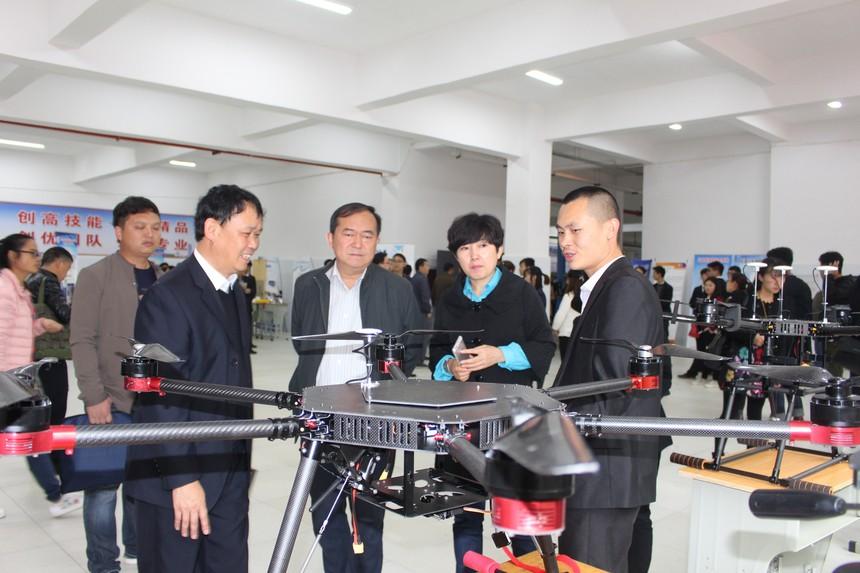 副县长李兆颖(右二)参观我校教师的作品无人机.JPG