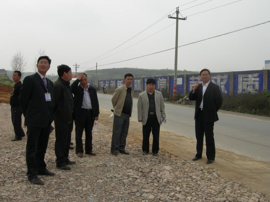 时任县委书记彭贤轮(右一)到校视察工程进度.JPG