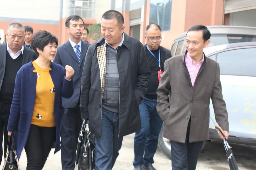 市陈观慧副局长(左一)到我校指导工作.JPG