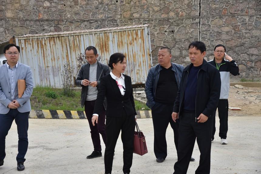 县教育和科技局黄仁慧局长(右二)到我校引导工作.JPG