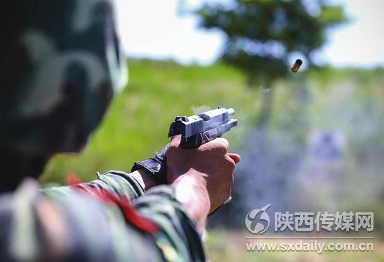 """7月2日,特戰隊員張明在""""魔鬼周""""超極限訓練中進行手槍快速射擊。"""
