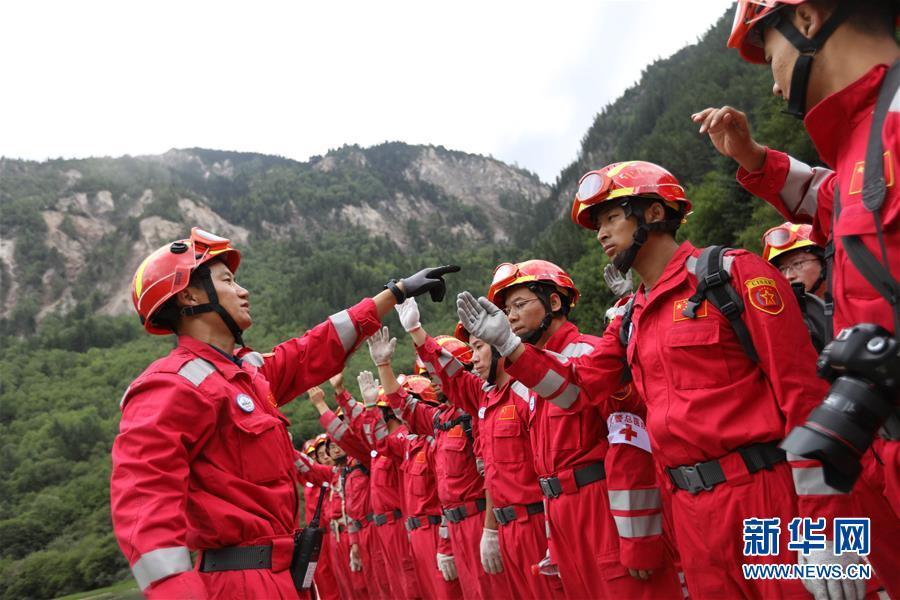 8月12日,紧急救援队员集结,准备前往九寨沟景区熊猫海继续搜救。