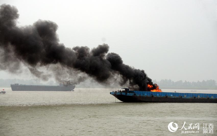 """船舶""""失火"""",消防船对油船火势发起进攻,成功扑灭大火。"""