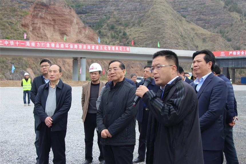 图1、陕西省交通运输厅厅长冯西宁(前排左二)一行查看现场.JPG