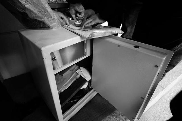 西安市民买保险柜接连坏两次 拿去售后要砸开