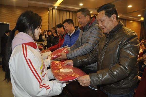 学校领导为贫困生发放过冬衣物.JPG