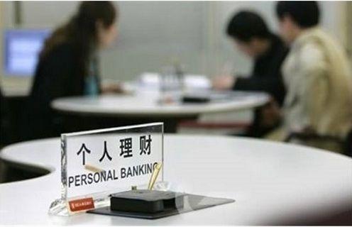 在銀行里穿著正式服裝的人,未必是銀行工作人員,還可能是保險公司的人