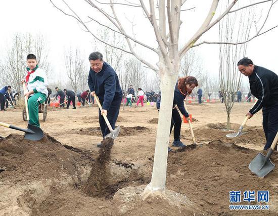 2018年4月2日,习近平来到北京市通州区张家湾镇参加首都义务植树活动。(图片来源:新华社)
