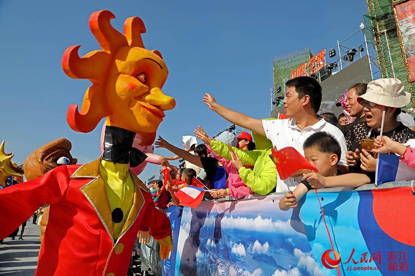 市民在宁波·尼斯国际嘉年华活动现场观看白天花车巡游。章勇涛 摄