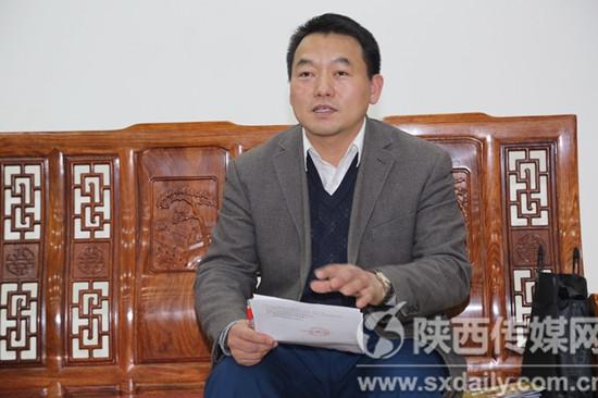 协会主席王玉刚在主席团会议上发言。  田涯摄