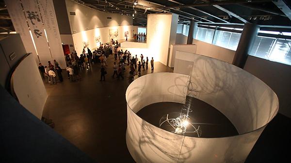 《隔空》(装置影像 ),铁丝网、布幕、灯光 ,尺寸可变,2013年(图1).png
