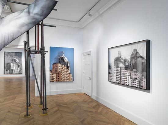 展馆内呈现着作品从概念到早期的草图、再到真实作品的全过程