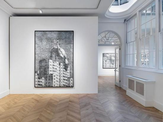 JR最近的作品包括一个70英尺的作品,位于美国和墨西哥的边境