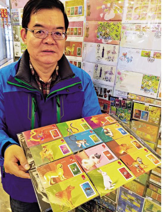图:邮票收藏家何明新拥有过万珍藏邮票