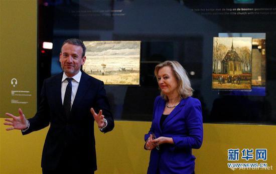 """2017年3月21日,在荷兰阿姆斯特丹,荷兰教育、文化和科学大臣耶特·比塞马克(右)与梵高博物馆馆长阿克塞尔·吕格尔出席博物馆举行的欢迎画作""""回家""""仪式。"""