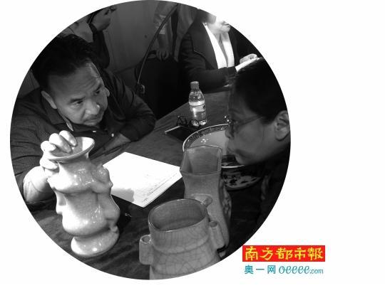 专家许建林负责鉴定陶瓷。