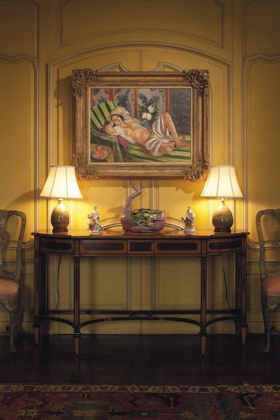 Hudson Pines庄园起居室所悬挂的马蒂斯作品《侧卧的宫娥女与玉兰花》