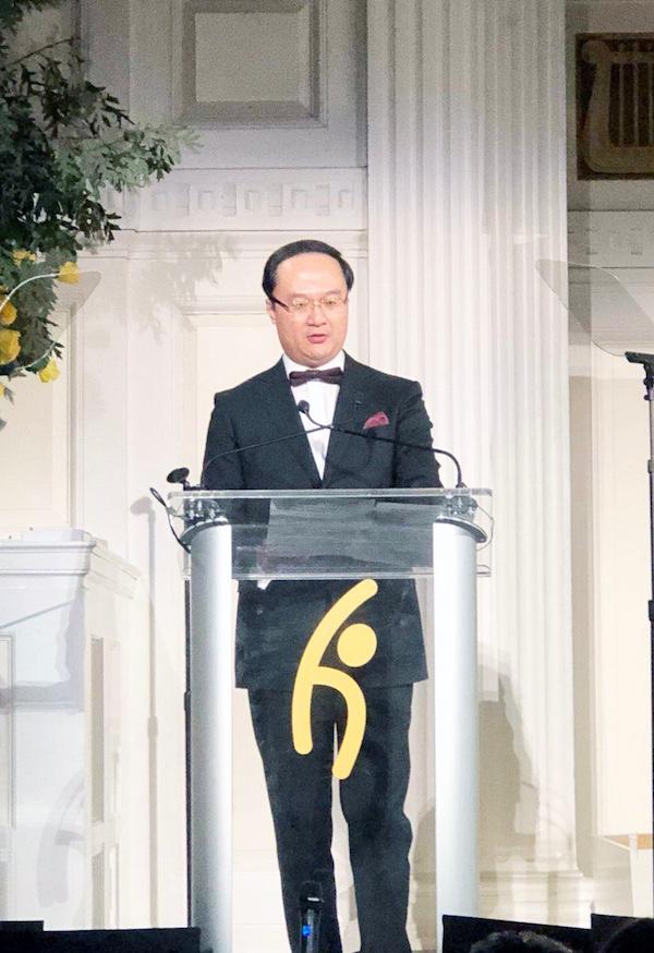 永新华集团(香港)总裁曾粤晖先生代表李永军主席上台领奖,并发表获奖演讲.jpg