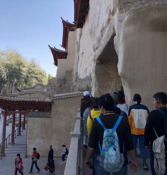 游客参观莫高窟