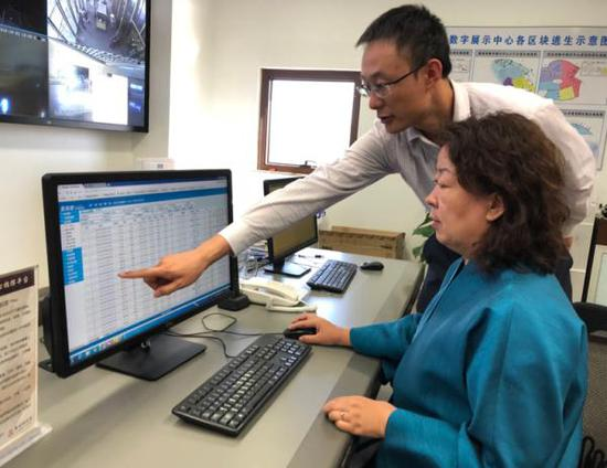 莫高窟数字展示中心调度室,李萍(左)与工作人员在监测数据