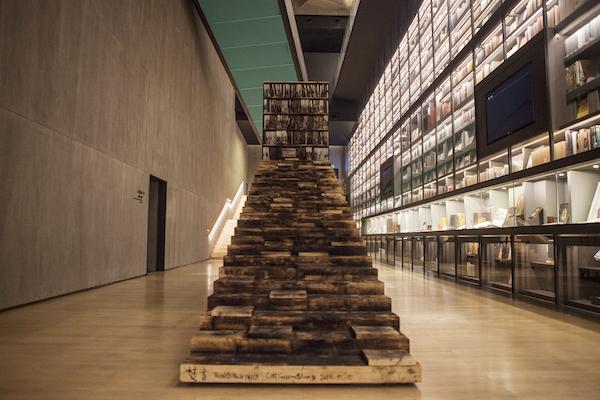 阶梯书架装置最终在艺术书墙前的呈现.jpg