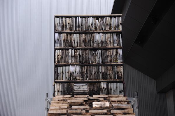 燃爆后的阶梯书架装置2.JPG