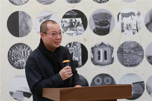 1项目发起人、中国国家画院版画院秘书长陈琦主持开幕式.JPG