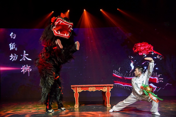 国家级非遗项目白纸坊太狮传承人杨敬伟带领传承团队表演《醒狮》.jpg