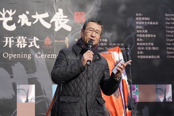 中央电视台著名主持人白岩松主持开幕式.jpg
