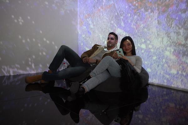 观众在展厅互动区休息.JPG