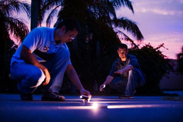 更好的公路照明 科學照明技術公司的工程師馬克·烏斯迪克(右)和周冉在測試燈光。