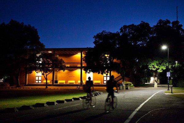 明亮的小徑  加州大學戴維斯分校威爾曼大廳的照明經過了特殊設計,當騎車的人靠近時,燈會變亮,當騎車的人遠去時,燈會變暗。