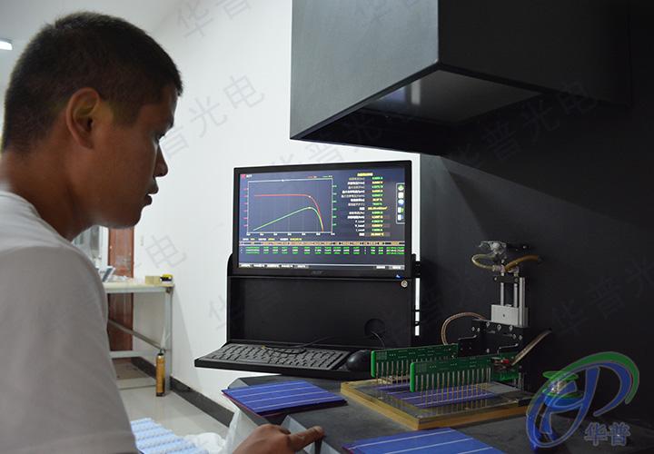 工作人员在测试太阳能电池板多晶硅整片性能