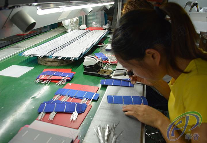 太阳能电池板元器件经过精密焊接流程