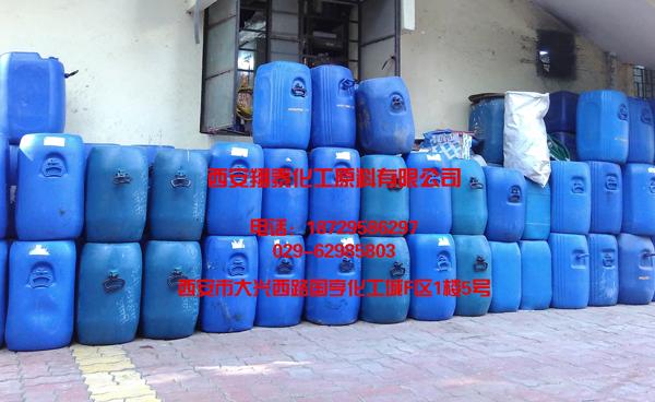 千库网-工业塑料容器桶化工布料化工布洗蓝色罐.png