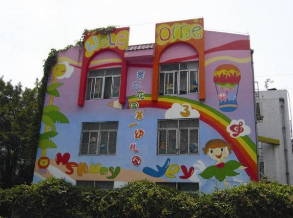 """幼儿园是孩子的娱乐天堂,其拥有五颜六色的色彩,并且可以长年保持其图案,那么幼儿园彩绘有何优势所在呢? 幼儿园是一个色彩的世界,在这个充满绘画色彩的世界里是孩子们的天堂,孩子们对于颜色很敏感,破烂不堪、颜色发旧、颜色不鲜亮的环境给孩子们的心灵造成一定的不好影响。郑州幼儿园墙体画在设计幼儿园里又很独特的见解,小编整理出来给大家。 [[img src=""""http://simg."""