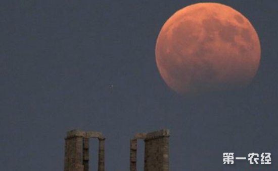 """8月8日凌晨,全球多地出现了月偏食天文景观,月亮一半白色,一半古铜色的美丽景象引发了全球""""晒月亮""""热潮。   月食是自然界的一种现象,当太阳、地球、月球三者恰好或几乎在同一条直线上时(地球在太阳和月球之间),太阳到月球的光线便会部分或完全地被地球掩盖,产生月食。而月偏食是月食的其中一种。"""